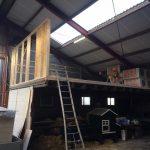 Blokhut op hoogte in aanbouw